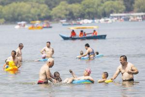 水中嬉戏最凉快