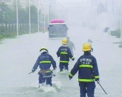 """消防员向""""孤岛""""靠拢。晓军 摄"""