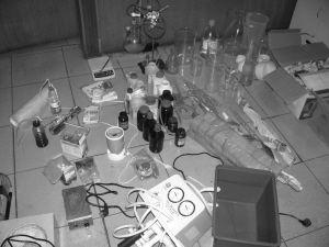 民警在郭某家中搜出的制毒工具 警方供图
