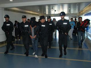 毒贩被押解回长春 警方供图