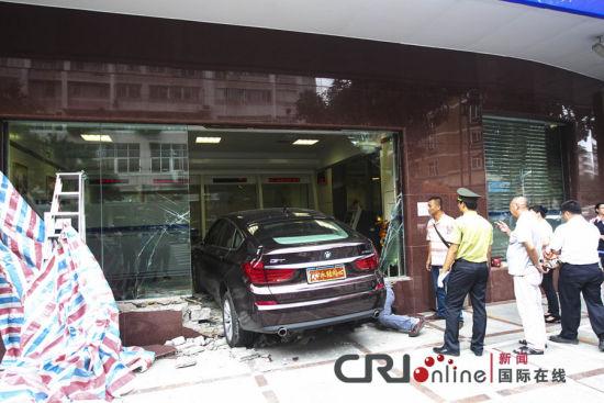 广东佛山,撞进VIP室的宝马车,VIP室的玻璃墙损坏一大半