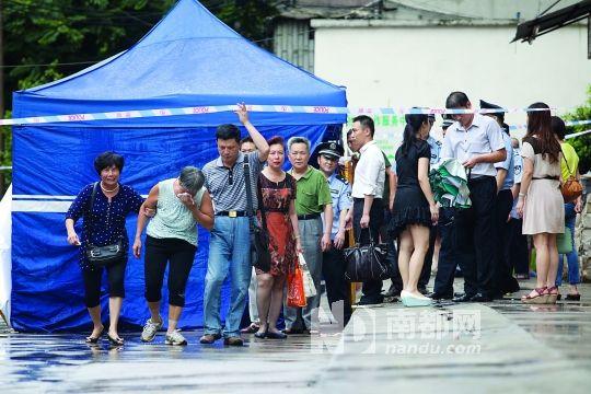 龙津东路小巷内,一名民警从自家住宅楼坠落身亡,警方排除他杀,家属称其工作压力太大所致