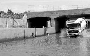 四根排水管紧急排水保通行