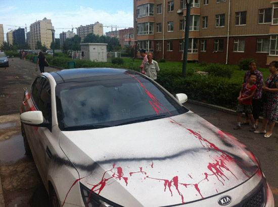 爱车停在了自家车位上 一觉醒来竟被泼了油漆