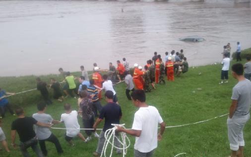 通化男子疑酒驾将车开进江中 跳窗脱险