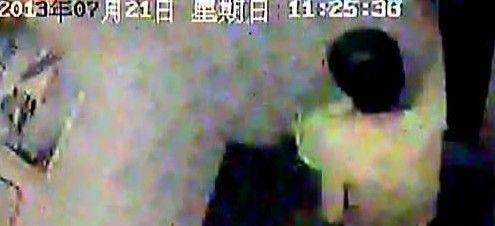 老人被困电梯中的情况。视频截图