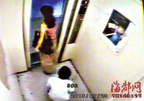 13岁少年趁少妇出电梯撩裙摸臀
