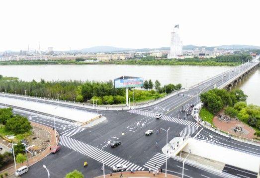 龙潭大桥西立交处交通秩序井然
