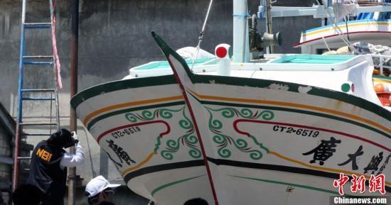 图为菲律宾国家调查局(NBI)人员对船身弹孔拍照取证。