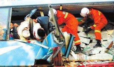 8月9日,合肥市公安消防支队官兵在事故现场救援。新华社发