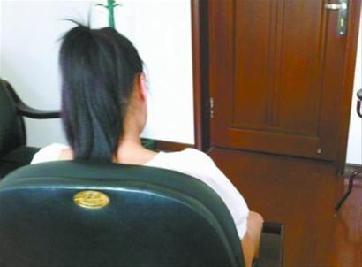 坐在角落中的小林鼓足了勇气让记者拍摄了这样一张照片,这是10年来她第一次向别人敞开心扉,讲述自己的不幸遭遇。本组图片由北国网、辽沈晚报特派铁岭首席记者 赵天乙 摄