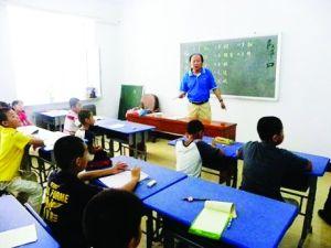 郭凤翥老人正在为孩子们上课。 吴景琼 摄