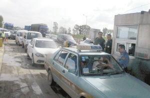 出租车拒绝交费,致使后面堵车近百台