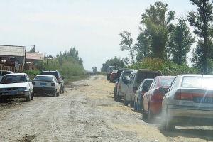 前来贺喜的车辆已经排到了道路上