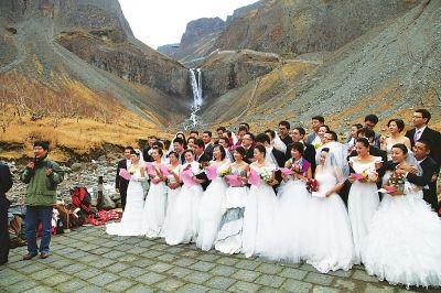 图为新人们在长白山景区举行祈福仪式,宣读爱的盟约书