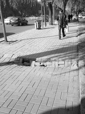 福安街人行道路面塌陷 行人通行全靠跳跃