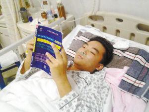刘旭在病床上复习功课 家属供图