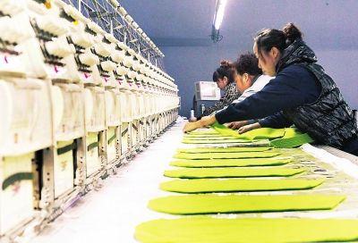 珲春弘丰制衣有限公司正在赶制一批出口韩国的休闲系列服装。   本报记者石雷摄