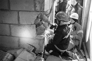 消防官兵破拆墙体对被困人员实施救援