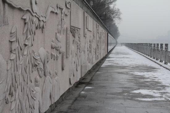 两岸旁又增添了一道靓丽的风景线——浑江南岸文化墙