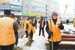志愿者们给环卫工人送来热豆浆