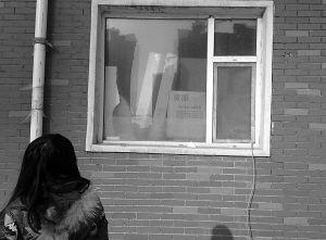 记者从窗口看到,经济适用房内堆满了货物