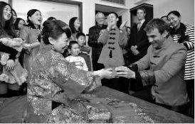 来自澳洲的小伙贾斯汀迎娶西安姑娘刘欢。