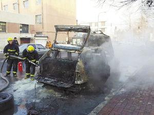 消防官兵仔细复查自燃车辆