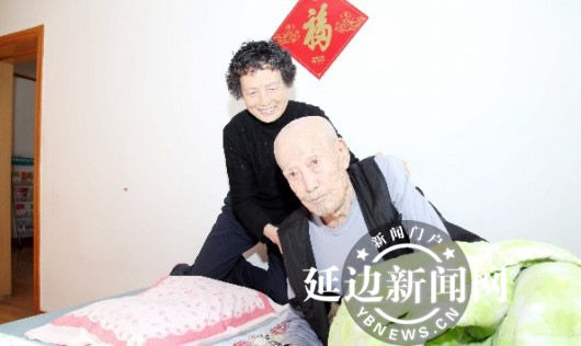 半路夫妻相互扶持女子耐心照顾九旬公公(图)