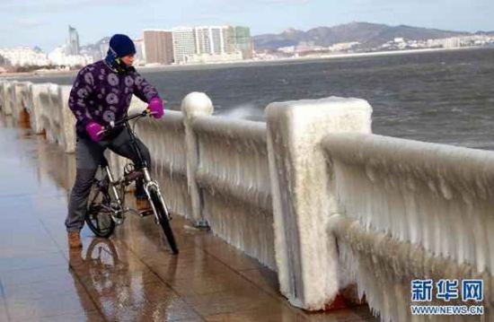 海边护栏上由于低温下海水的冲刷结上冰挂