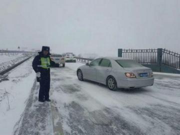 雅西高速遭遇大雪,交警疏散滞留车辆。(雅西高速交警供图)