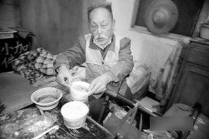 80岁的钟海泉居住在社区为他安顿的简陋房里