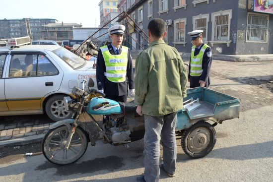 民警查验机动三轮摩托车