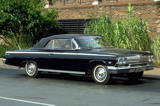 同一年,限量版别克Skylark(云雀)作为别克品牌50周年庆典车型隆重亮相,优美的造型使之成为车坛有史以来最亮丽的车之一,由于发动机体积小巧、结构紧凑,起名为云雀也有此意。因为是限量版,车主可以选择在原厂方向盘标签上刻下他们的名字。Skylark云雀基于Roadmaster打造,它搭载了5.