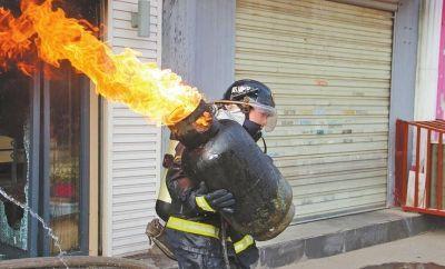 皇甫江武抱着吐火舌的煤气罐冲出火场