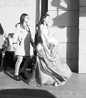 """现代与""""古代""""女孩的衣服形成鲜明对比。"""
