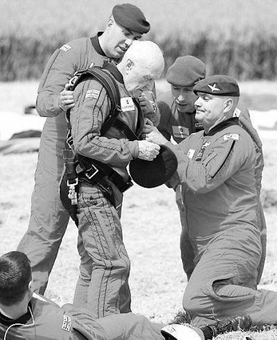 英89岁老兵高空跳伞再现参加诺曼底登陆场景