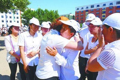 学生与老师拥抱