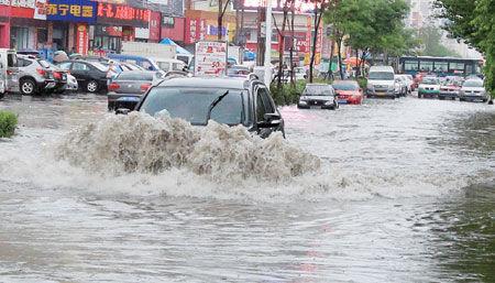 吉林市昨迎急雨 不少车辆水中熄火