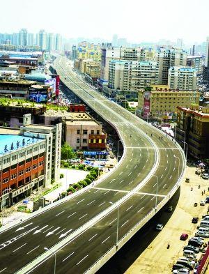 """本版图片摄影 张扬  长泰大桥架起的快速路气势恢弘,成为真正的""""黄金通道""""。"""