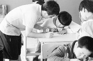 者在教村小孩子画简笔画