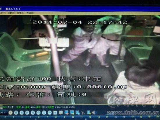 欧阳农益(左一)与施暴男子搏斗,乘客躲在前门