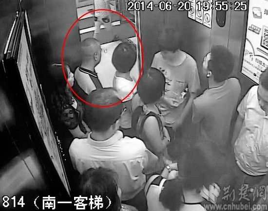 图为:民警从商场电梯的监控中排查出变态男子李某