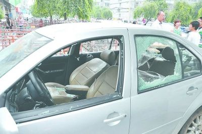 轿车玻璃无端被砸粉碎