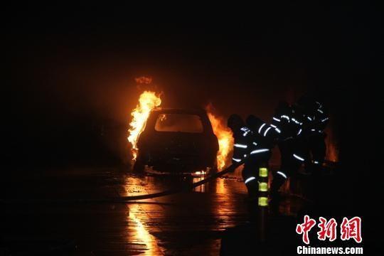 事故轿车在隧道内燃气熊熊大火。 陆正伟 摄
