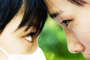 媛媛(左)与姐姐。