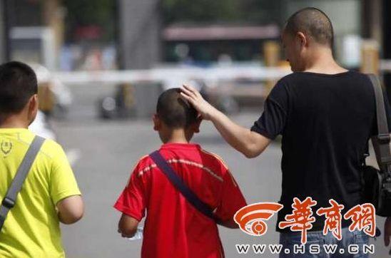 小明的父亲何先生说,孩子回家后和他说了此事,当时他觉得孩子有点委屈。