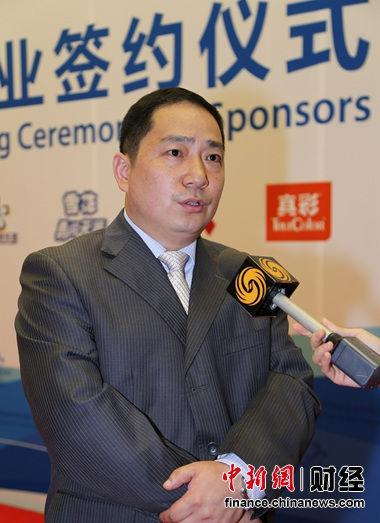 雪花啤酒营销中心总经理曾申平在签约仪式现场接受媒体采访。