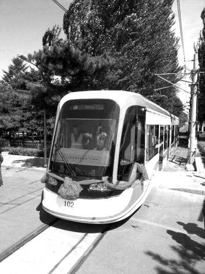 """中国首列""""高原有轨电车""""在长下线"""