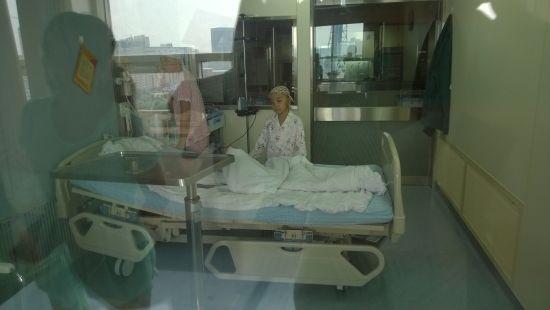 媛媛和母亲在仓内时的照片
